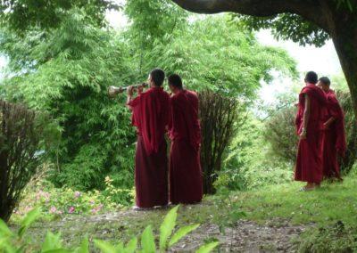 Mönche bei Gompa in musikalischer Vorbereitung für Pucha